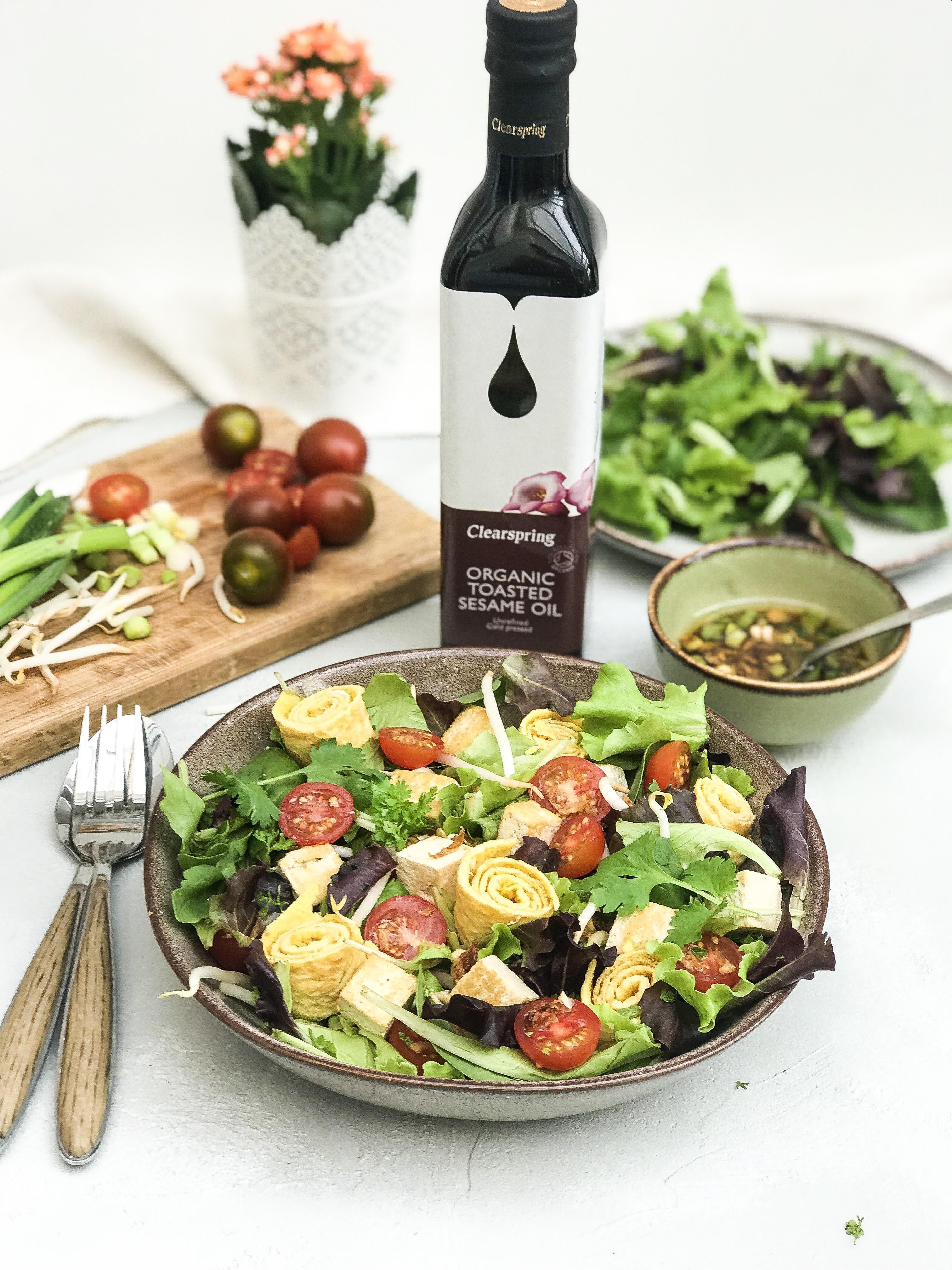 Une salade gourmande avec une touche d'huile de sésame