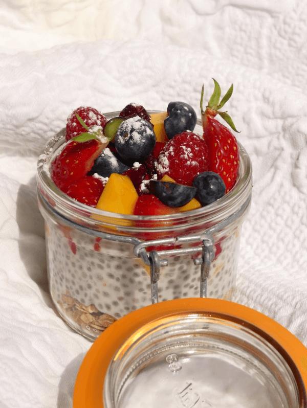 Pudding aux graines de chia, granola, fraises et mangue