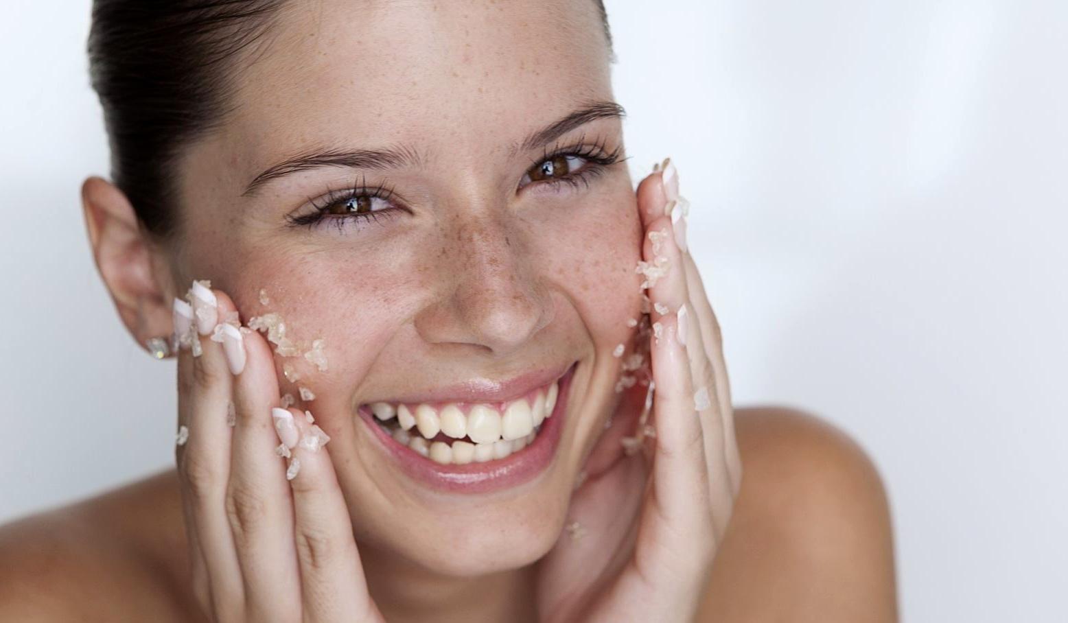 Gommage pour le visage à la poudre d'amandes