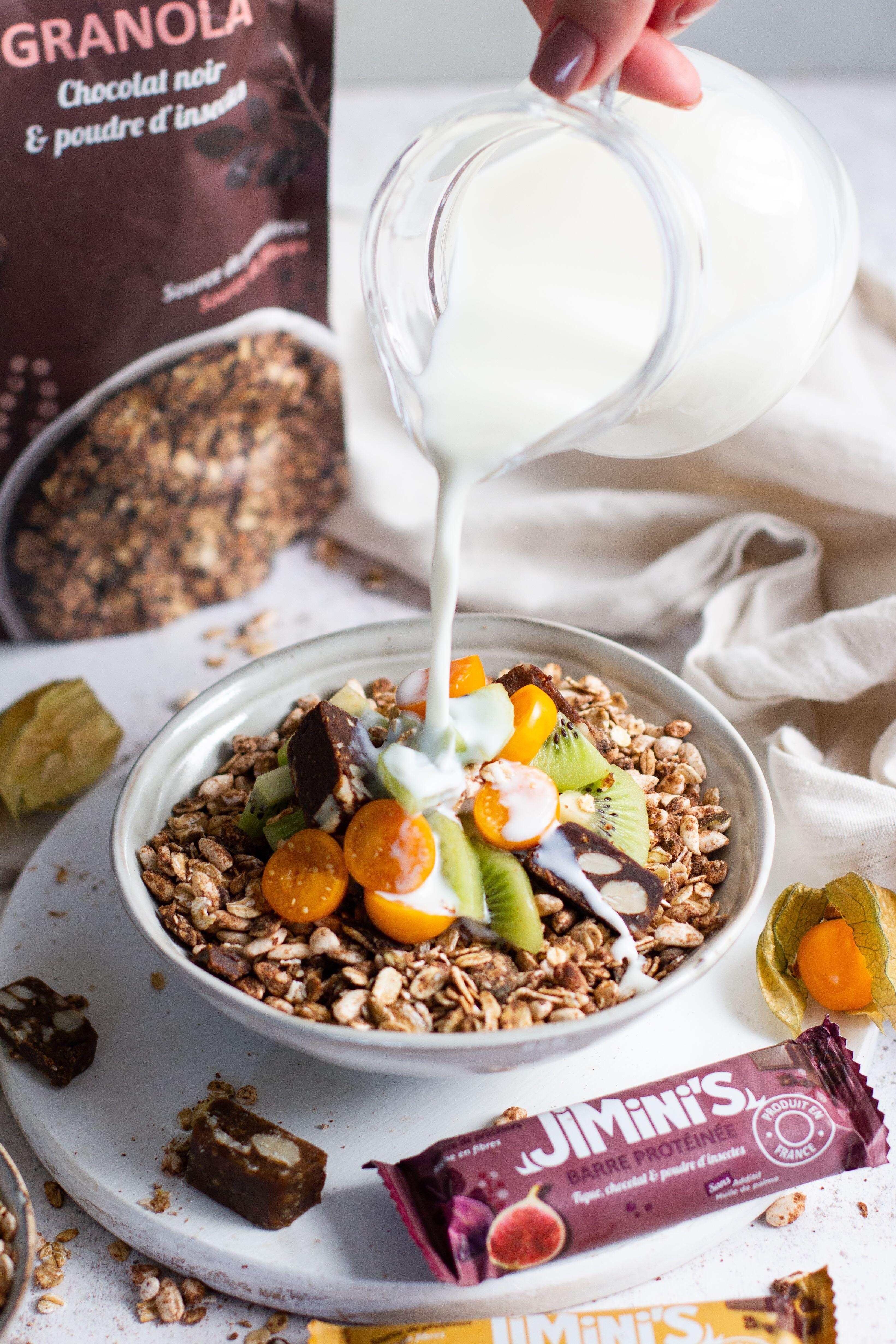 Granola Bowl au kiwi, physalis et insectes